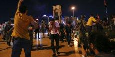 Dans la nuit du 15 au 16 juillet, des militaires turcs ont tenté un coup d'Etat. S'ils ont échoué dans leur entreprise de renverser Erdogan, cette tentative manquée a provoqué la mort de 271 personnes (170 civils et 34 putschistes), 1400  blessés, et une purge massive dans tous les secteurs. Sur la photo, des manifestants pro-Erdogan dispersés par la police dans la nuit du 15 au 16 juillet, place Taksim, Istanbul.