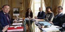 Pierre-André Imbert (à droite de Myriam El Khomri), lors d'une réunion avec le Medef à Matignon le 30 juin 2016.