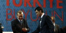 Le 18 avril 2011, Recep Tayyip Erdogan présente les candidats de son parti (AKP) aux législatives du 12 juin. Hakan Sükür, la légende des stades fait son entrée en politique.