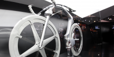 La bicyclette, signe extérieur de modernité ? En tout cas, pour certains constructeurs, c'est le prétexte à d'éblouissantes démonstrations de savoir-faire tant au plan esthétique que fonctionnel, tel cet electric concept bike présenté par Peugeot au Salon de l'auto à Paris en 2010.