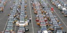 Files de taxis en attente de clients à l'aéroport de Pékin, (2 juillet 2008).