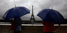 Le temps maussade du printemps explique en partie la baisse de fréquentation touristique. Ici, la Tour Eiffel sous la pluie en août 2016.