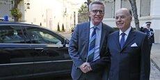 Le ministre de l'Intérieur Bernard Cazeneuve accueille son homologue allemand Thomas de Maiziere Place Beauvau, mardi 23 août.