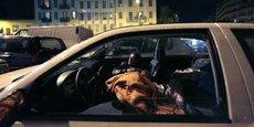 Un homme tente de trouver le sommeil dans sa voiture à Nice, dans les Alpes-Maritimes. Le mal-logement touche 3,8 millions de personnes en France en 2016.