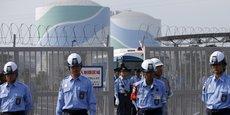Des policiers et des agents de sécurité devant la centrale de Sendai (Japon), le 9 août 2016.