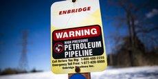 La société Enbridge possède un réseau d'oléoducs et de gazoducs entre les champs de sables pétrolifères de l'Alberta et les raffineries au Canada et aux Etats-Unis. Le groupe emploie 11.000 personnes, produit également de l'électricité et possède des intérêts dans des champs d'éoliennes.