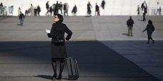 Une femme d'affaires marche sur l'esplanade de la Défense, en région parisienne.