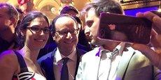 François Hollande faisant des selfies lors de la soirée du Bon Coin