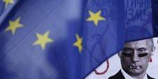 L'avantage des partisans de l'allègement, c'est que la prolongation des sanctions suppose l'unanimité. Reste que personne ne veut s'y opposer seul. Ce serait différent s'ils se mettaient à plusieurs, indique un membre de l'administration européenne. (Photo, prise lors d'un manifestation anti-Poutine en Tchécoslovaquie).