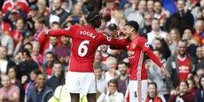 Paul Pogba, ici avec Jesse Lingard, a rejoint Manchester United cet été pour 105 millions d'euros. Presque une broutille au vu des recettes du club...
