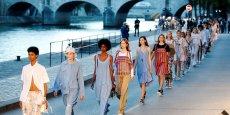 Les défilés de la Semaine de la mode (Fashion Week) se déroulent dans de nombreux lieux insolites comme ici sur les bords de la Seine. Crédits : Charles Platiau/Reuters