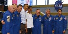 Barack Obama et son épouse Michelle posent avec toute l'équipe d'astronautes de la navette spatiale Endeavour de la Nasa, le 29 avril 2011, au Centre spatial Kennedy de Cape Canaveral (Floride).