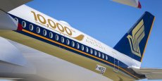 L'A350-900 ULR (pour Ultra Long Range, à très long rayon d'action) peut voler plus de 20 heures, assure Airbus, grâce à un emport additionnel de 24.000 litres de la capacité carburant. Le B777-8X peut voler, lui, près de 18 heures dans sa version de base à 350 passagers.