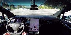 Les voitures de Tesla peuvent conduire toute seules, mais nécessitent une vigilance constante de la part du conducteur.