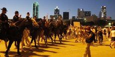 A Dallas, le 16 juin 2016, la police montée surveille des manifestants qui proteste contre Donald Trump qui tient un meeting ce soir-là dans le fief texan du parti républicain. Dans cet Etat, le lobby pétrolier tout-puissant a fourni quelque 100 millions de dollars au camp républicain l'an dernier, avant même les primaires.