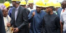 Aliko Dangote parle avec le vice-président du Nigéria, Yemi Osinbajo, lors d'une visite des installations sur le site de la raffinerie de Dangote Group situé près de la plage d'Akodo dans la banlieue de Lagos, le 25 juin 2016.
