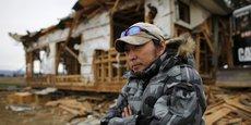 Le 11 mars 2011, Takayuki Ueno (41 ans) a perdu ses deux parents, sa fille et son fils emportés dans le tsunami qui a frappé le Japon, causant 16.000 morts, et plus de 2.500 disparus. Derrière lui, sa maison de Minamisoma (préfecture de Fukushima), dévastée. Il y a cinq ans, les survivants comme lui, à la recherche des corps de leurs proches, se sont exposés à de hauts niveaux de radiations immédiatement après la catastrophe nucléaire.