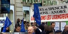 Avec ces fermetures annoncées, Marks and Spencer quitte à nouveau la France, cinq ans après y avoir fait son retour, en 2011, et surtout, quinze ans après l'avoir quitté brutalement. Pour rappel, en photo : manifestation des employés de l'enseigne et des syndicats devant la boutique du boulevard Haussmann, le 6 avril 2001.