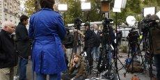 Des équipes de chaînes de télévision présentes devant le Bataclan au lendemain des attentas, le 14 novembre 2015.