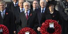 Theresa May assiste, le 13 novembre 2016 à Londres, au Dimanche du Souvenir (Remembrance Sunday), à la mémoire des guerres du XXe siècle. La famille royale participe à cette commémoration ainsi que les représentants de tous les partis politiques britanniques: le travailliste Jeremy Corbyn (centre de la photo), Angus Robertson du Parti national écossais (à g.), mais encore les ex-Premiers ministres Tony Blair (2e rang gauche) et John Major (2e r. droite).