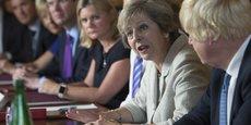 Il semble que d'importants désaccords au sein du gouvernement entre partisans d'un Hard Brexit (Johnson, Fox, Davis) et les modérés (Hammond, Clark...) entravent la définition des priorités dans la mise en oeuvre du Brexit. (Photo : Theresa May prenant la parole lors du conseil des ministres du 31 août 2016, Boris Johnson au premier plan.)