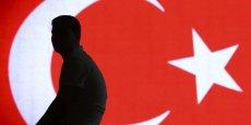 La Banque centrale turque (CBRT), qui a laissé ses taux inchangés le mois dernier,a tenté mardi d'enrayer la chute de sa monnaie en baissant le ratio de réserves de change dans les établissements bancaires du pays, afin d'injecter 1,5 milliard de dollars dans le système financier.