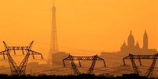 Si vous regardez les factures d'électricité en Allemagne, le prix de gros de l'électricité est de 3 centimes d'euros par kilowatt-heure (Kw/h) alors que le prix total au détail est de 30 centimes d'euros. Les consommateurs ont donc 27 centimes d'euros sur leur facture qui n'ont rien à voir avec l'électricité en tant que telle (...) (Photo : Des pylones et lignes électriques à haute tension  vus depuis Roissy au coucher du soleil avec la tour Eiffel et le Sacré-Coeur à l'horizon.)