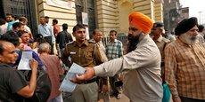 Les clients des banques indiennes se ruent aux guichets pour retirer de l'argent suite à la pénurie de billets.