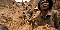 Les « minerais de sang » sont extraits lors de conflits armés ou dans des cas de violations des droits de l'homme, en particulier dans les provinces de l'est de la République démocratique du Congo (RDC). Au cours des guerres du Congo, le Rwanda, l'Ouganda et le Burundi ont tiré profit des ressources de leur voisin. (Photo: l'extraction du minerai dans la mine d'or à ciel ouvert de Chudja, au nord-est de la RDC, en février 2009.)
