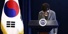 En mars 2017, un nouveau scandale financier a entraîné la destitution et l'arrestation de la présidente coréenne Park Geun-hye, en même temps qu'était condamné l'héritier de Samsung, Lee Jae-yong, à 5 ans de prison. (Photo : Lors de sa troisième allocution télévisée du 29 novembre 2016 dans le cadre de ce scandale de corruption, la présidente avait exprimé à nouveaux ses excuses au peuple sud-coréen, mais le parti d'oppositon n'y voyait que manoeuvres pour éviter le pire : la destitution.)
