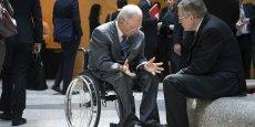La mission confiée à Klaus Regling est de maintenir l'illusion d'une non-remise de dette... tout en l'organisant. Il ne le fait pas seulement à la demande de Monsieur Schäuble. Bercy est aussi très content d'assurer aux Français qu'il n'y a pas de remise de dette à la Grèce et que le contribuable sera remboursé au centuple. (Photo: Wolfgang Schauble (à gauche sur la photo) discutant avec Klaus Regling après une réunion avec le FMI et la Banque mondiale, le 21 avril 2015 à Washington)