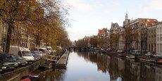 Amsterdam espère ainsi réduire les nuisances liées au touristes, comme le bruit, les dégradations et les hausses de prix de logements.