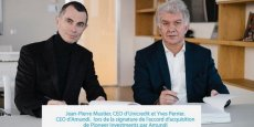 Jean-Pierre Mustier (à gauche) le patron d'Unicredit, et Yves Perrier, le directeur général d'Amundi, signent l'accord d'acquisition. Le numéro un européen de la gestion d'actifs grimpe au classement mondial avec le rachat de Pioneer.