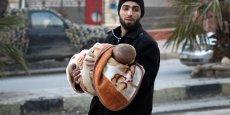 Un habitant d'Alep qui fuit les bombardements, symbole des derniers massacres survenus ces derniers jours dans la ville martyre.