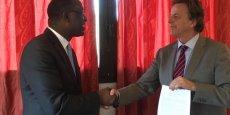 Le ministre malien des Affaires étrangères et son homologue, le 11 décembre après la signature du texte par lequel le scandale est arrivé