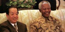 Le vice-président chinois Qian Qichen est salué par le président Nelson Mandela au début de leur rencontre à Genadendal, résidence de Mandela au Cap, le 29  l'établissement officiel de liens diplomatiques entre les deux pays. Un acte qui a marqué la fin de la relation étroite de l'Afrique du Sud avec Taiwan.