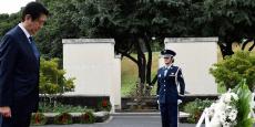 Le Premier ministre japonais Shinzo Abe se recueillant lundi devant le National Memorial Cemetery of the Pacific, à Honolulu, à la veille de sa visite de Pearl Harbor au côté de Barack Obama.