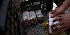 Des billets de 100 bolivars sont entreposés dans une cagette. A partir de la semaine prochaine, ils ne seront plus utilisables.