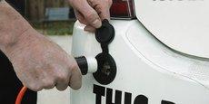 En photo: une voiture hybride rechargeable. Celle-ci dispose d'une batterie rechargeable sur secteur qui permet une meilleure autonomie qu'une hybride normale, qui elle, se recharge uniquement en roulant.