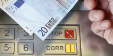Posséder un compte bancaire coûte de plus en plus cher aux Français.