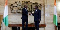 Le président Alassane Ouattara (D) a engagé son Premier ministre, Gon Coulibaly, à approfondir les négociations avec le secteur privé qui s'est soulevé contre les nouvelles mesures fiscales adoptées par le gouvernement.