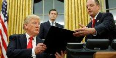 Trump à la Maison Blanche après la signature des premiers décrets. Crédits : Jonathan Ernst/Reuters.