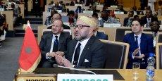 Mohammed VI, le roi du Maroc. Au second plan, son conseiller Fouad Ali El Himma (g) et Nasser Bourita, ministre marocain des Affaires étrangères et de la coopération.