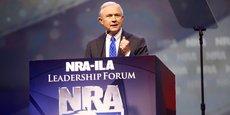 Jeff Sessions (ici, en mai dernier, au congrès de la National Rifle Association, le tout-puissant lobby américain des armes à feu) s'est présenté comme un défenseur acharné de la loi et de l'ordre, promettant de combattre l'immigration illégale, la violence par les armes (sic) et le fléau du terrorisme islamique radical, et approuvant le maintien en vigueur de la prison de Guantanamo, ainsi que l'éventuelle interdiction d'entrer aux Etats-Unis pour les musulmans.