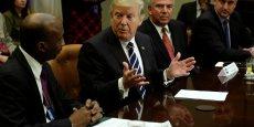 Donald Trump discutant avec Kenneth Frazier, patron de Merck & Co, le 31 janvier.