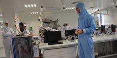 Wiljan Smaal, ingénieur de projet (à droite), présente la plateforme de recherche située à Talence sur le campus de l'université de Bordeaux.
