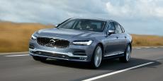 Disparu les lignes anguleuses, la Volvo S90 est plus élégante mais garde cette carrure imposante signe de sa robustesse.
