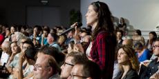 Une Toulousaine prend la parole lors du lancement du débat public