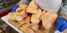 Un employé prépare des foies de canard à Eugénie-les-Bains, dans les Landes, le 24 janvier.