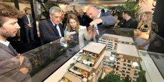 Philippe Saurel, président de Montpellier Méditerranée Métropole, et Stéphanie Jannin, vice-présidente en charge de l'urbanisme, en visite au salon de l'immobilier de Montpellier.